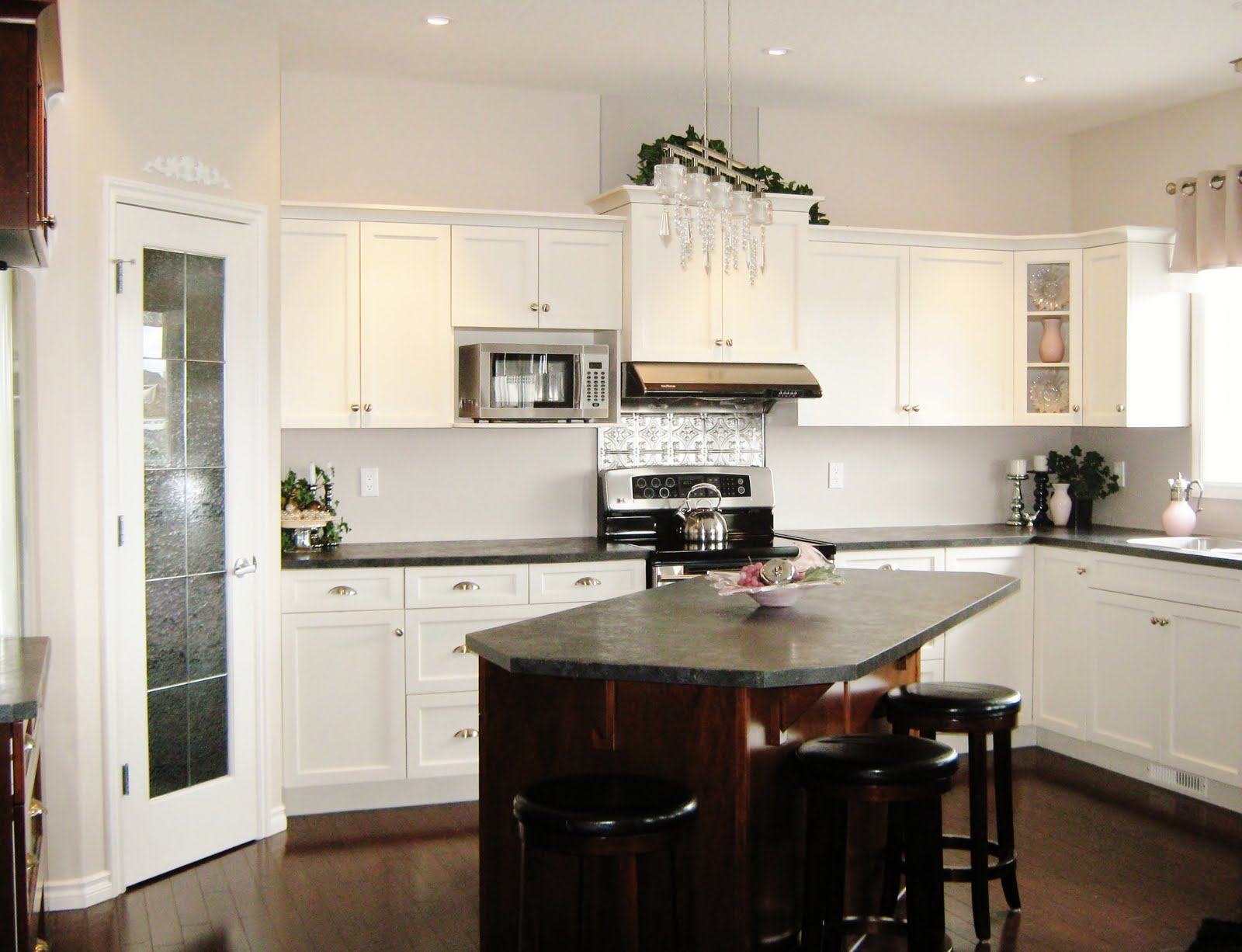 How to create a stylish kitchen in a small space How to make space in a small kitchen